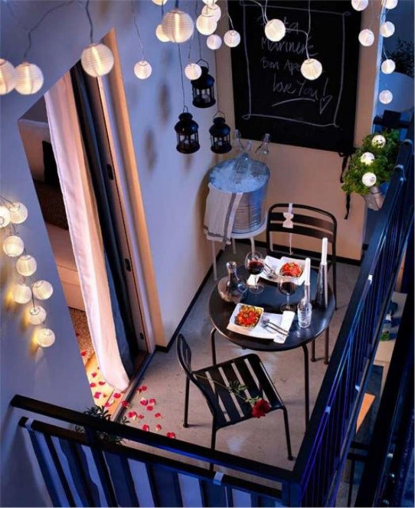 Egy egyszerű asztal-szék kombó, néhány lampion és egy jegesvödör a pezsgőnek. Ennyi elég ahhoz, hogy az erkélyed romantikus étteremmé alakuljon.