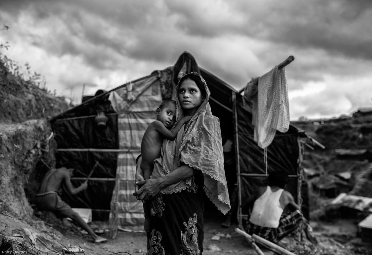 A félmillió menekült kétharmada gyermek. A rögtönzött táborok alkalmatlanok ennyi ember eltartására, a rossz higiénés viszonyok miatt tombol a kolera és más betegségek.                         Ez még mindig kevésbé rémisztő, mint amit a mianmari tisztogatásoktól várhatnak a rohingják. A Tula Toli felu elleni támadás, ahol fegyvertelen civileket öltek meg a katonák a lázadó fegyveres csoportok felszámolására hivatkozva, gyászos szimbóluma lett a legújabbkori tisztogatásoknak.