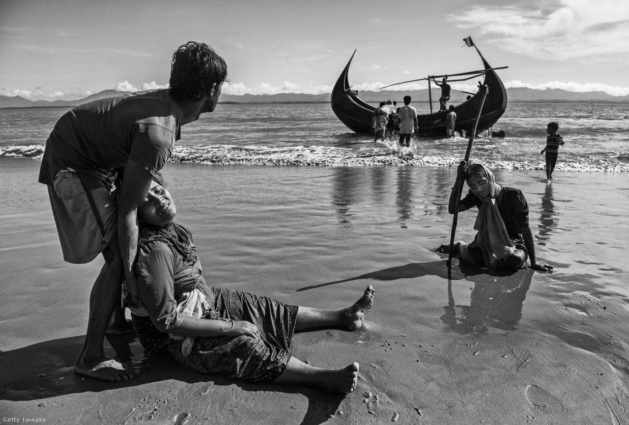 A Mianmar demokratizálásáért folytatott polgárjogi harca miatt 1991-ben Nobel-békedíjjal kitüntetett, 2016-ban Mianmar kormányfőjévé lett Aung Szan Szu Csí sem igyekezett megállítani a vérontást vagy szavakban a rohingják védelmére kelni. Így marad a menekülés, sokan a Bengáli-öbölbe ömlő 40-120 méter mély Naf-folyón kelnek át Banglades felé. Mianmar láthatóan a területén élő 1,2 milliós rohingja kisebbség teljes elűzését tűzte ki célul.