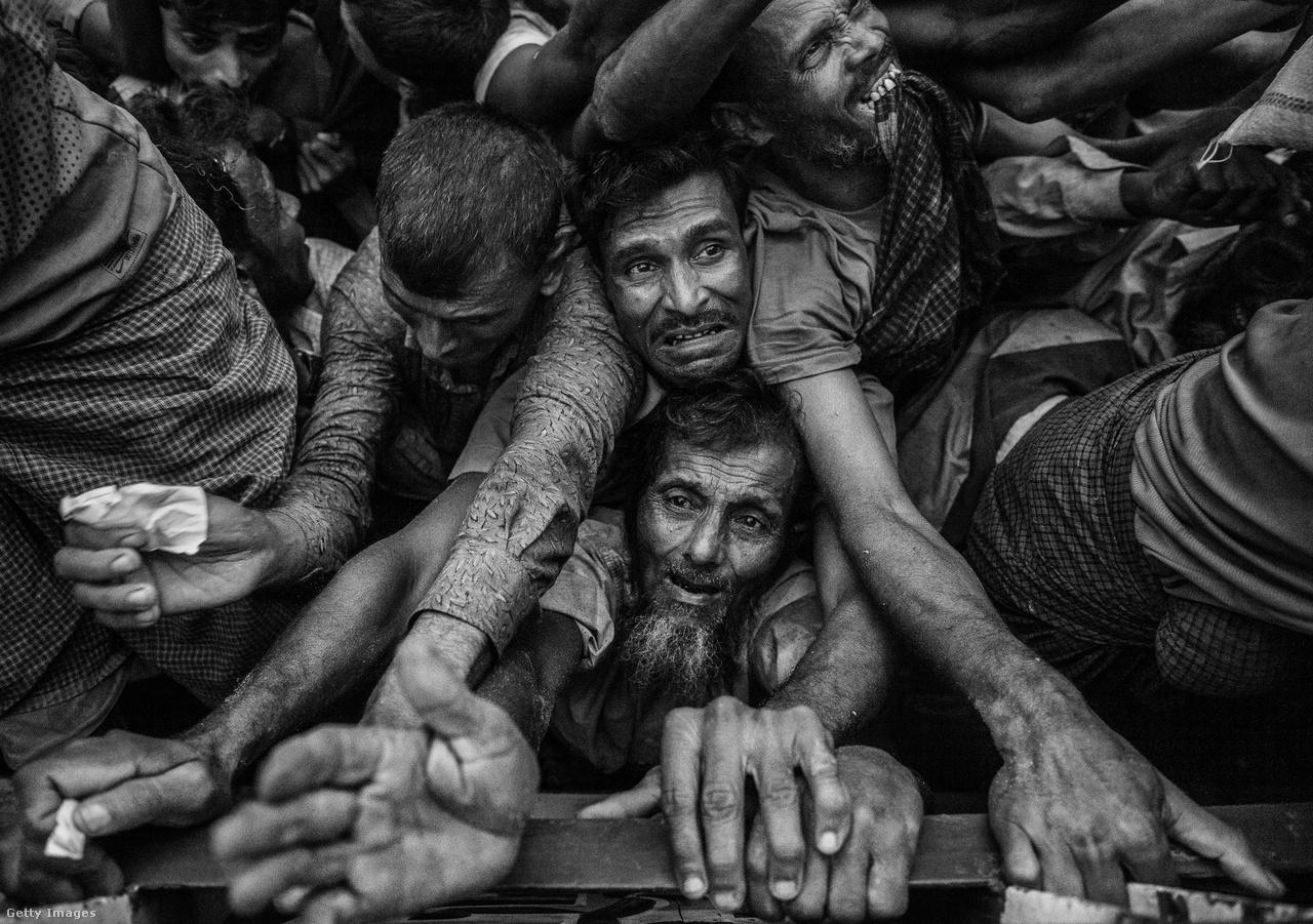 Segélycsomagért küzdő menekültek a bangladesi Cox's Bazar közelében fekvő menekülttáborban. Az éhség nem csak itt növekszik, de súlyos élelmiszerhiány van a még mianmari oldalon maradt félmillió rohingja településein is. Oda ráadásul nem is juthatnak el a segélyszervezetek, a menekülttáborokban legalább azok támogatásában bízhatnak.