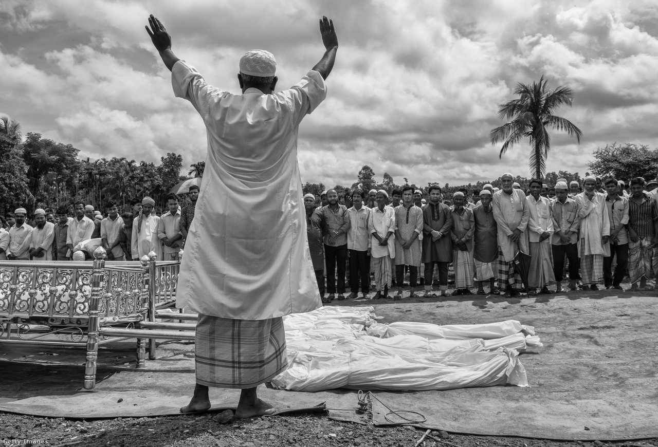 A nevében a brit gyarmati múltat idéző Cox's Bazar apró városnak számít a maga 300 ezer lakosával a 162 milliós - pedig Magyarországnál csak alig másfélszer nagyobb területű - Bangladesben. De csupán 15 kilométerre fekszik Mianmartól, fontos központja lett a rohingja menekültáradatnak.                         A képen a Naf-folyóba fulladt menekülteket temetnek.