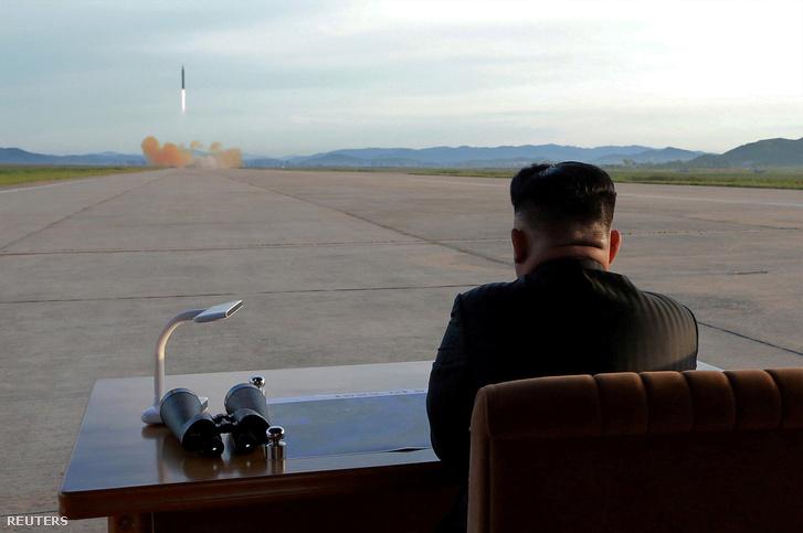 Kim Dzsongun a Hwasong-12 kilövését figyeli egy teszt során