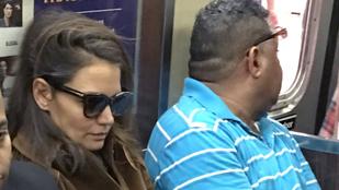 A nap képe: Katie Holmes elbóbiskolt a tömött metrón