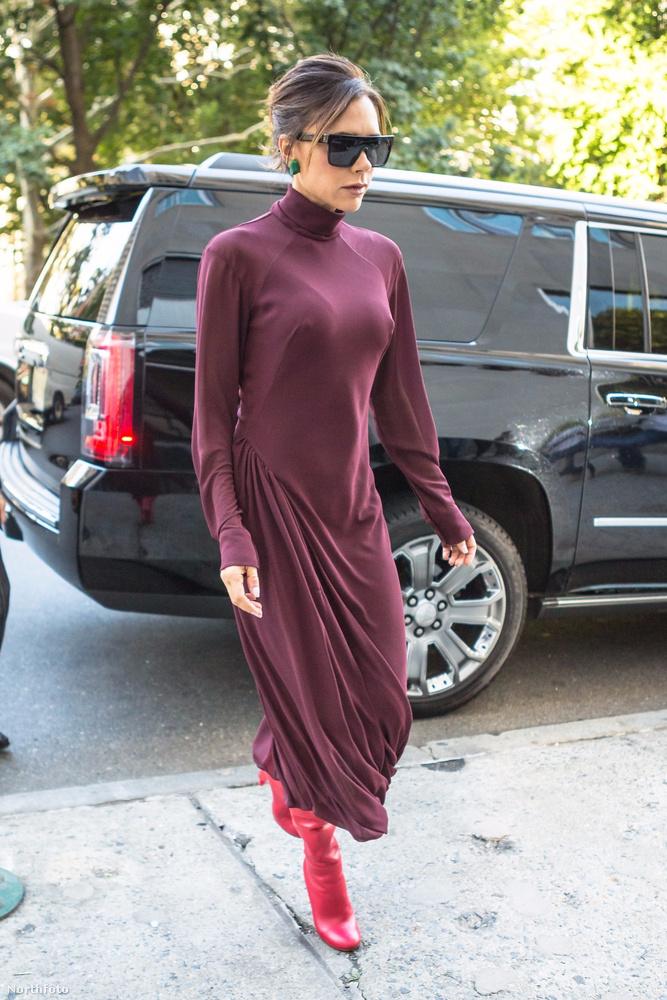 Mivel pedig Victoria Beckhamről képtelenek lennénk elhinni, hogy nem gondolta végig, hogy mit visel és az mennyire áttetsző, arra gyanakszunk, hogy ezzel tette hivatalossá:mostantól a pólón átütő mellbimbó a divat!