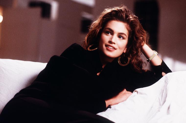 Cindy megváltoztatta a szexi amerikai lány képét, a klasszikus, kék szemű szőkéről egy fülledt tekintetű barnáéra, aki eszes, elbűvölő, és profi- foglalta össze milyenségét és hatását Michael Kors divattervező