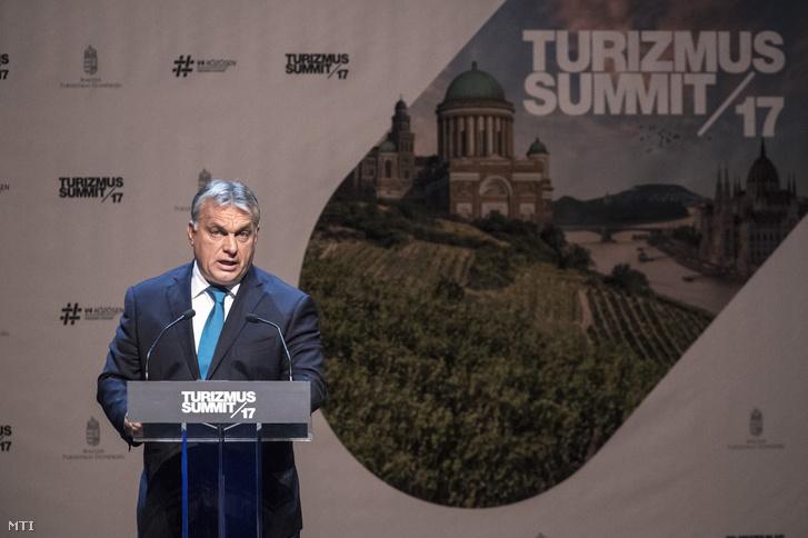 Orbán Viktor miniszterelnök beszédet mond a Magyar Turisztikai Ügynökség Turizmus Summit 2017. címû konferenciáján a Művészetek Palotájában 2017. október 16-án.