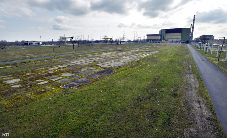 A Paks II. beruházás helyszíne háttérben az atomerőmű