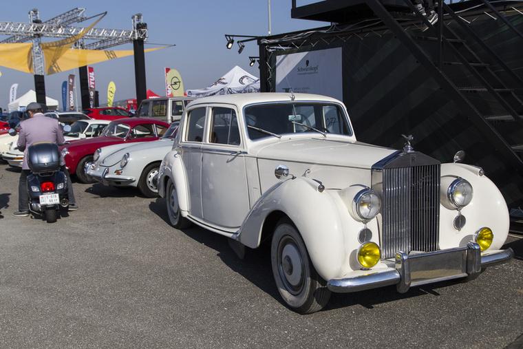 Rolls-Royce, Porschék és Szalay Balu főszervező a Vespa nyergében, korhű cuccokban