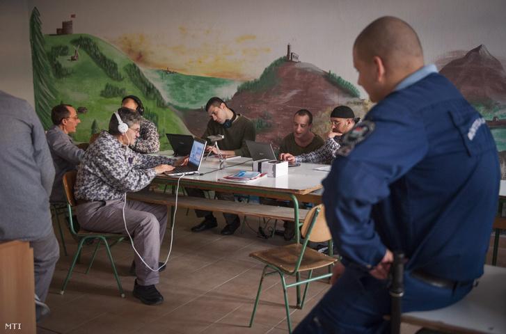 Medveczki Zsolt Medve (fegyveres rablás), Horváth Márton (felbujtás) Mucsi Attila (rablás takarásban), Farkas Péter Pepe (rablás), Moldvai Péter és Juszuf (rablás) (b-j) a Rács FM börtönrádió szerkesztői műsort készítenek a Váci Fegyház és Börtönben 2014. december 4-én