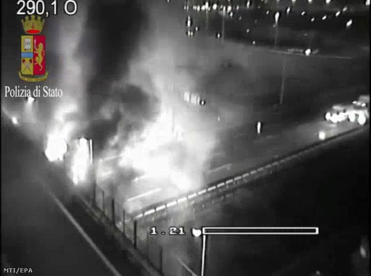 Az olasz rendőrség által közzétett, 2017. január 20-án éjjel készült videfelvételről rögzített kép a magyar diákokat szállító busz balesetének helyszínéről az olaszországi A4-es autópálya Verona-kelet kijáratánál.