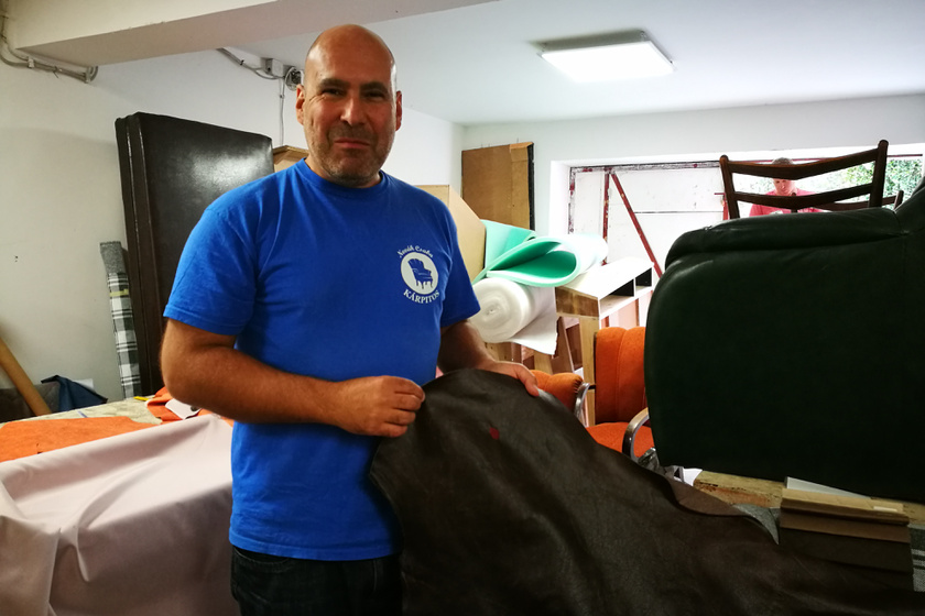 Csaba körbevezetett minket műhelyében, és beavatott pár titokba. Például megtudtuk, hogy bőrrel sokkal nehezebb dolgozni, mint bármilyen textillel, ezért otthoni barkácsoláshoz nem javasolt.