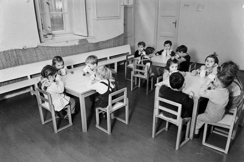 Apró székeken ülve, apró kezecskékkel fogták a pöttyös bögréket a kis óvodások. (1951)