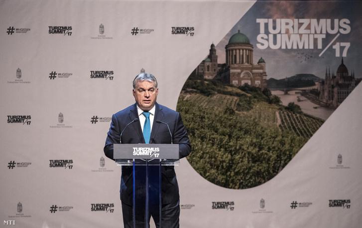 Orbán Viktor miniszterelnök beszédet mond a Magyar Turisztikai Ügynökség Turizmus Summit 2017. címû konferenciáján a Mûvészetek Palotájában 2017. október 16-án.