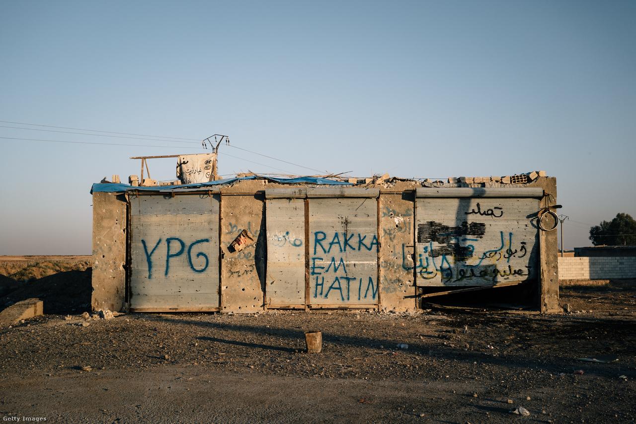 RAKKA, JÖVÜK! - hirdeti a kurd milicisták által felfúst graffiti. És tényleg, az Iszlám Állam fővárosára a kurdok mérték a végső csapást. Pedig nekik nem csak a dzsihadistákkal kellett szembenézniük, de a saját, 13-15 milliós kurd kisebbségétől félő Törökország rosszindulatú húzásait is megszenvedték a dzsihadista embercsempészettől kezdve a bombázáson át a török-szír határra húzott falig. Erdoğan maga is felajánlotta az Egyesült Államoknak, hogy majd a török csapatok beveszik Rakkát, de a kurd Népi Védelmi Egységek (YPG) és a hozzájuk csatlakozott ellenzéki arab milíciák szövetsége, a Szíriai Demokratikus Erők (SDF) sokkal tettrekészebbnek mutatkozott. A korábbi évek védekező hadmozdulatait követően 2016-ban észak-szíriai kurd kantonokból kiindulva támadásba mentek át, és sorra foglalták vissza az Eufrátesztől északra található falvakat.