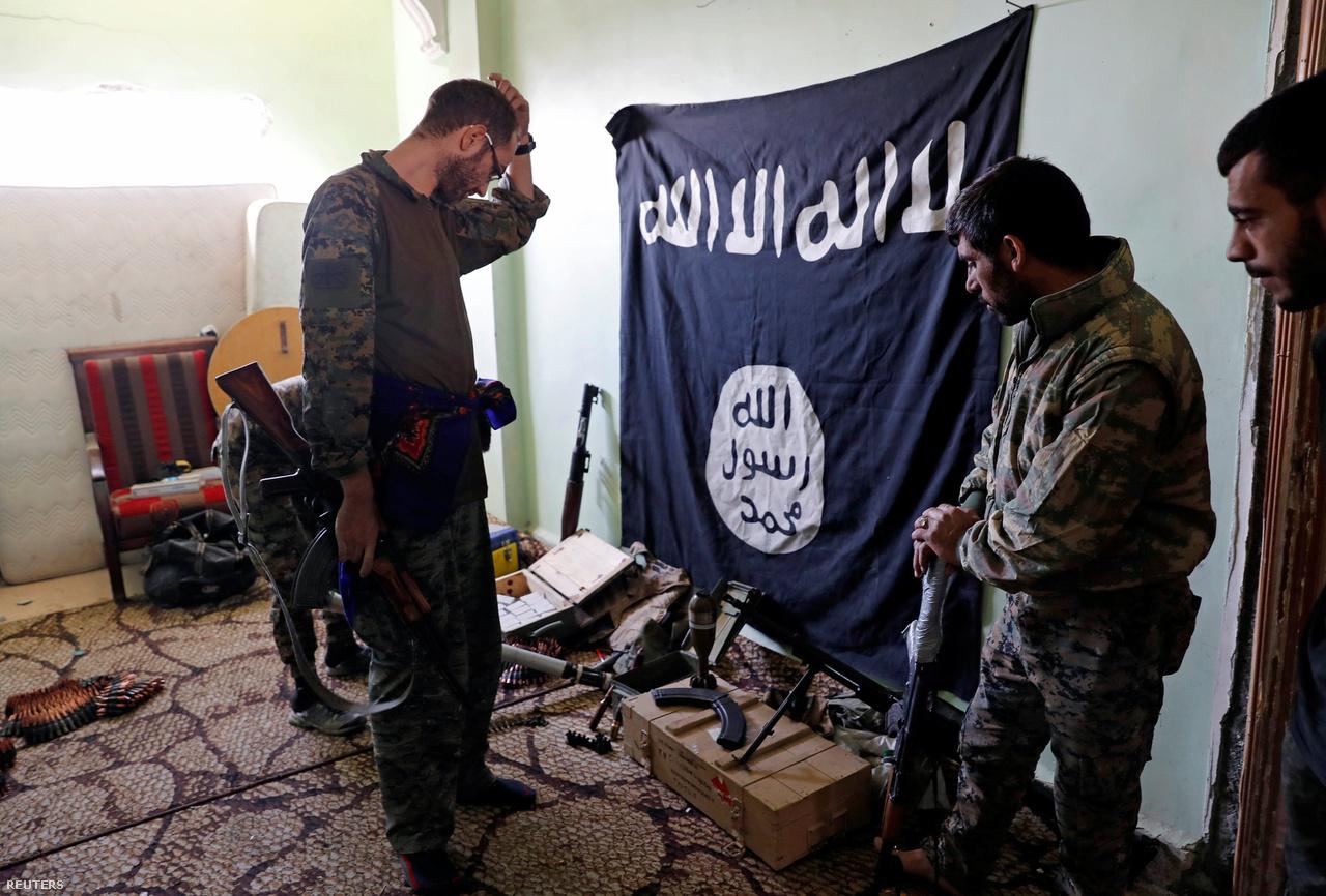 Rakkában a dzsihadisták  kiépítettek egy, a levegőből láthatatlan alagútrendszert, és számos harcálláspontjukat népes családok által lakott házakba telepítették, hogy a civileket élő pajzsokként használhassák az utcai harcok során.