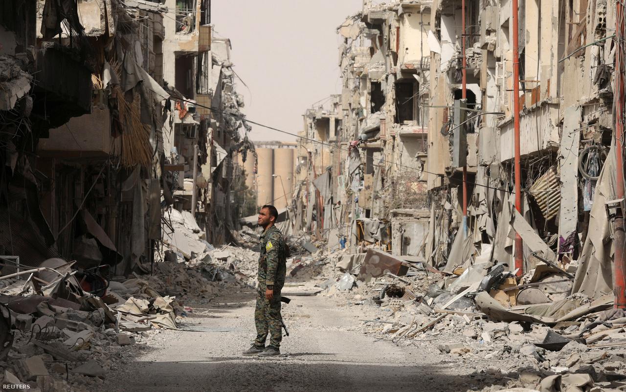 """2014 óta csaknem 5000 légitámadás érte a már Aszad által is megbombázott várost, melyek során több ezer civil halt meg; az infrastruktúra lényegében megsemmisül, a lakóházak legalább fele mára romokban hever. Az egyik, évek óta menekülttáborban tengődő rakkai a pusztítás hírére így sóhajtott fel: """"Ha visszatérünk, jobban tesszük, ha visszük a sátrainkat is."""""""