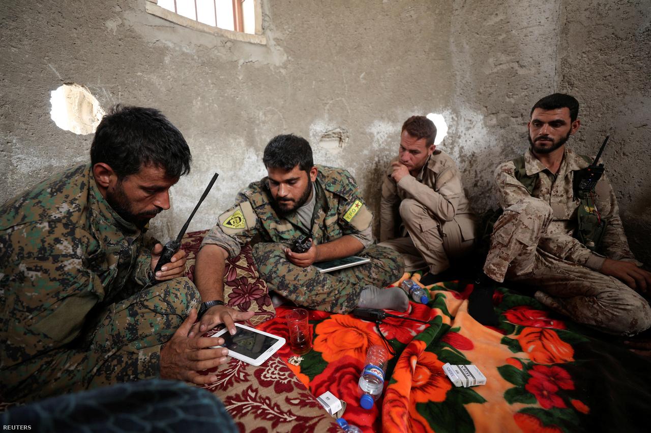 A kurd-arab szárazföldi egységek és a nyugati légierő között tabletes célmegjelölők tartották a kapcsolatot. A munkamegosztás elősegítésére tonnaszám érkeztek Amerikából az SDF-hez a különböző kommunikációs és informatikai eszközök.
