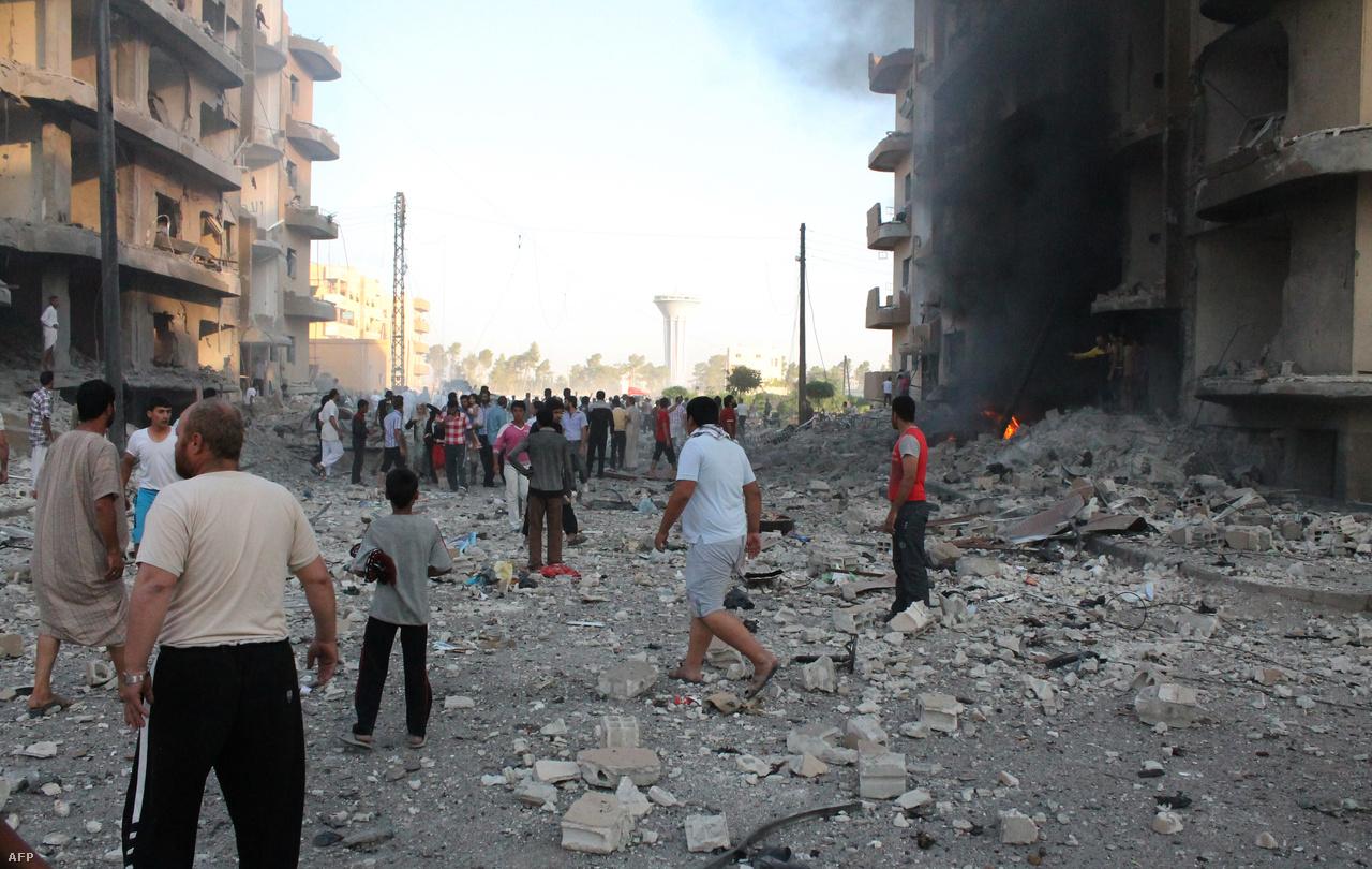 Amint a város ellenzéki kézre került, az Aszad-rezsim elkezdte válogatás nélkül bombázni a katonai állásokat, a lakóépületeket és a civil infrastruktúrát. Rakka amortizációja tehát már jóval az ostrom előtt megkezdődött.
