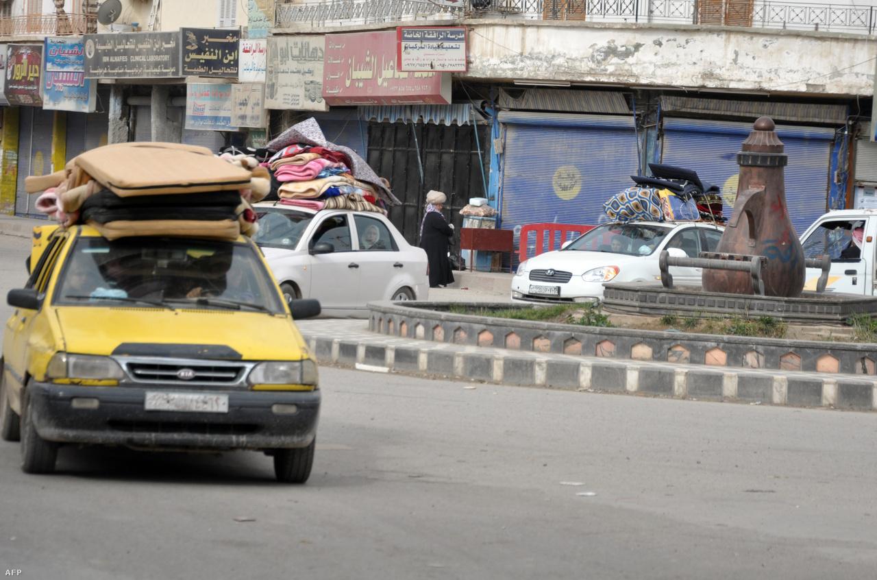 Rakka és körzete a polgárháború kezdeti időszakában valóságos menekültparadicsomnak számított; legalább félmillióan menekültek ide Idlibből, Aleppóból, Homszból vagy Damaszkuszból – ekkortájt becézték a várost a Forradalom Hotelé-nek. De 2013 márciusa után valóságos exodus indult meg a városból: sokan az iszlamista milíciáktól, sokan Aszad megtorlásától, sokan úgy általában a háborútól félve pakolták fel ingóságaikat és családjaikat.