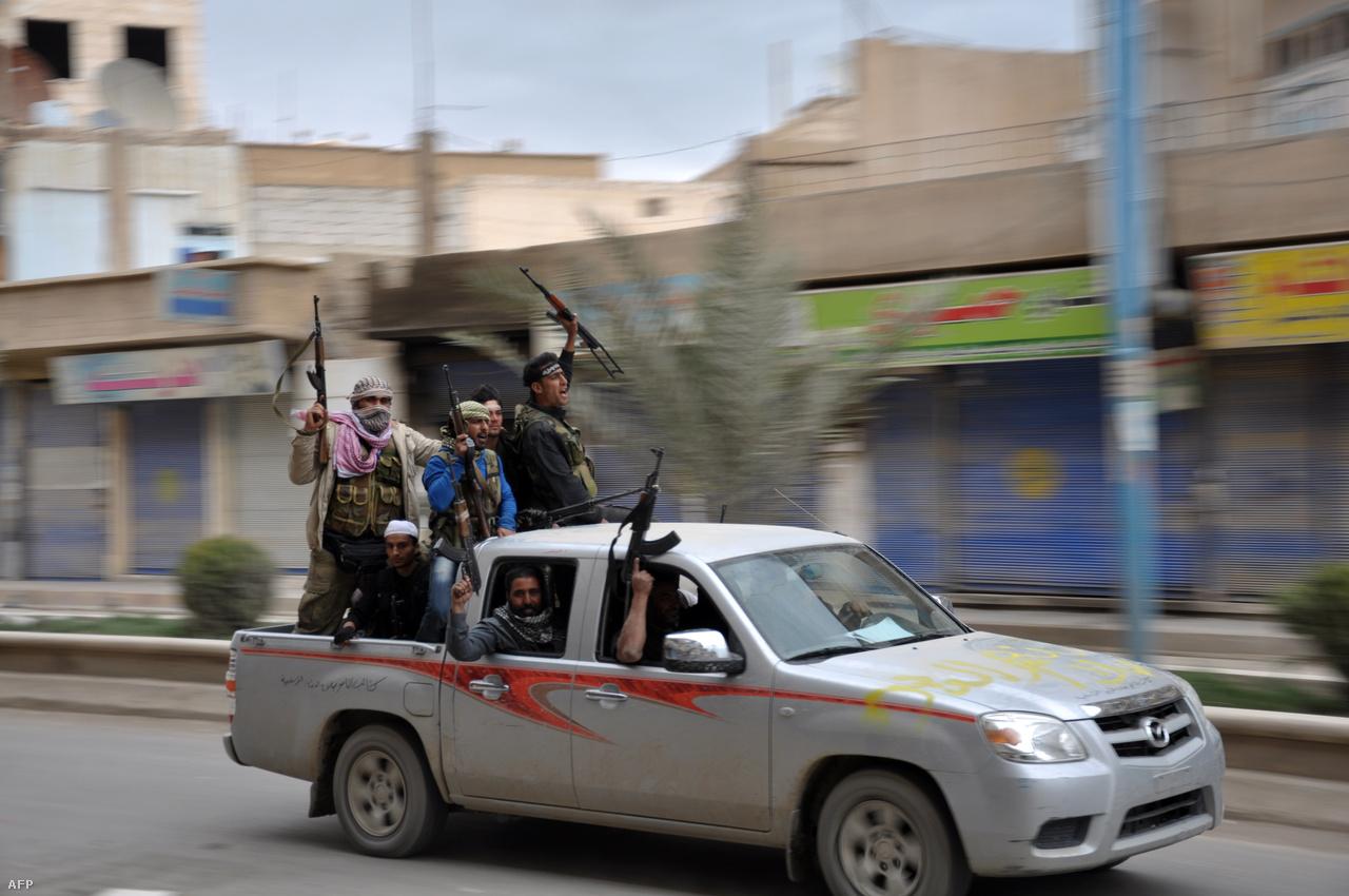 A nyugalomnak 2013 márciusában szakad vége, amikor is egy, főleg iszlamista milíciákból álló ellenzéki koalíció három nap alatt elfoglalta Rakkát. A szír kormány által fenntartott helyőrség egy északabbra lévő katonai körzetbe vonult vissza, melyet az ellenzéki milíciák hiába próbáltak többször is lerohanni. A 220 ezres Rakka volt az első nagyobb város, ami ellenzéki fennhatóság alá került; a hatalomátvétel során a milíciák sok kormányhivatalnokkal végeztek.