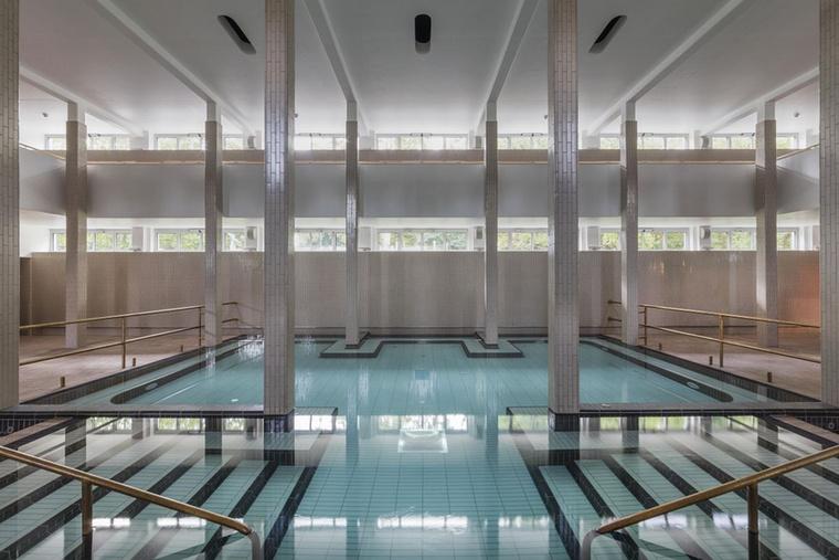 """""""A Palatinus különös jelentőségét így külön fokozza, hogy a kevés nagyobb léptékű modernista középület egyike"""