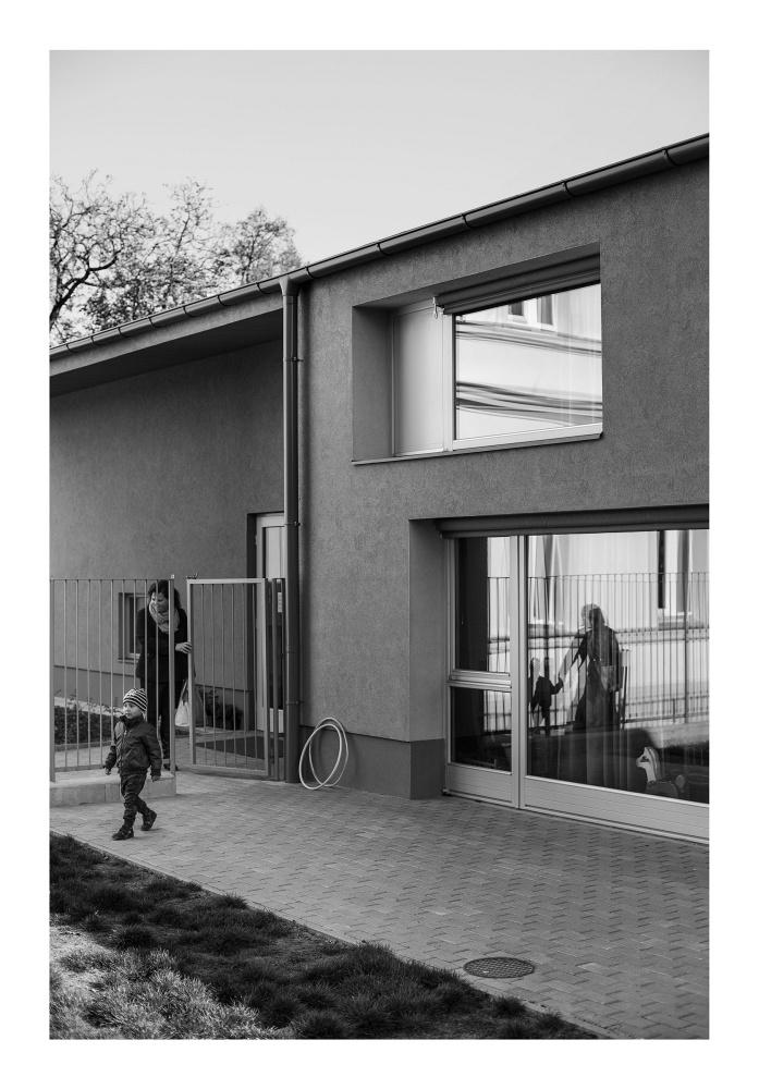 """""""A fotók nem a házról, sokkal inkább a használók házhoz való változatos viszonyáról szólnak, és mindezt látva bízakodhatunk, hogy újabb tartalékot halmoztunk fel."""" - állítják a dmb műterem építészei."""