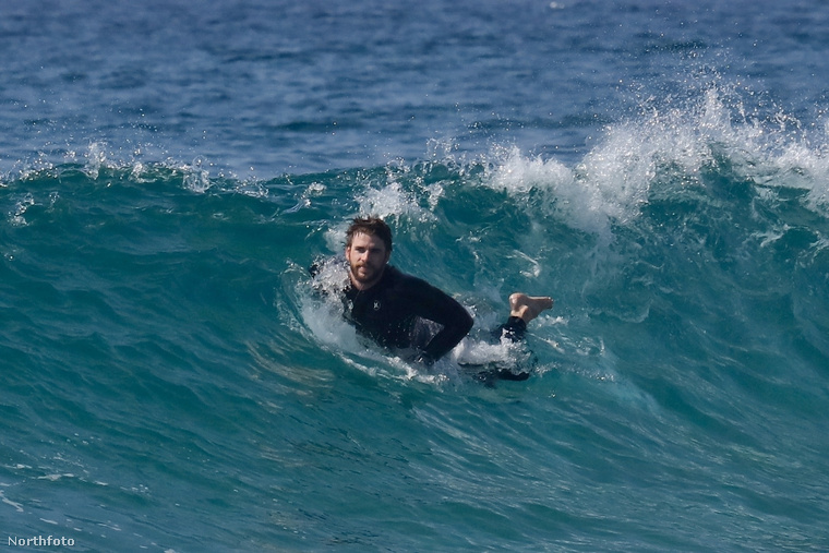 Hemsworth eközben boldog a vízben.