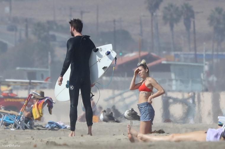 az énekesnő a korábbinál jóval visszahúzódóbb, nyugodt, kiegyensúlyozott életet él a vőlegényével, Liam Hemsworth színésszel, és ez boldoggá teszi.Ezek a képek október 13-án készültek róluk, amikor leugrottak egy malibui strandra