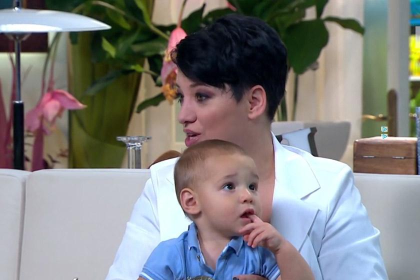 Baby Gabi kisfiát, Botondot nagyon lekötötte a stúdió berendezése.