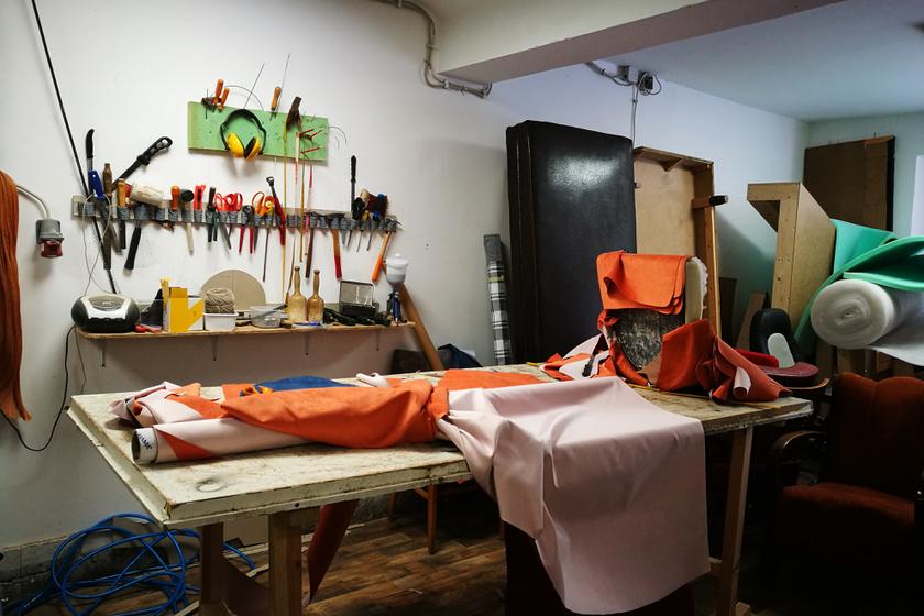 Milyen egy kárpitos fala? Tele van eszközökkel. És a munkaasztal? Minden van rajta valami készülőben. Itt épp kék és narancssárga bárszékek