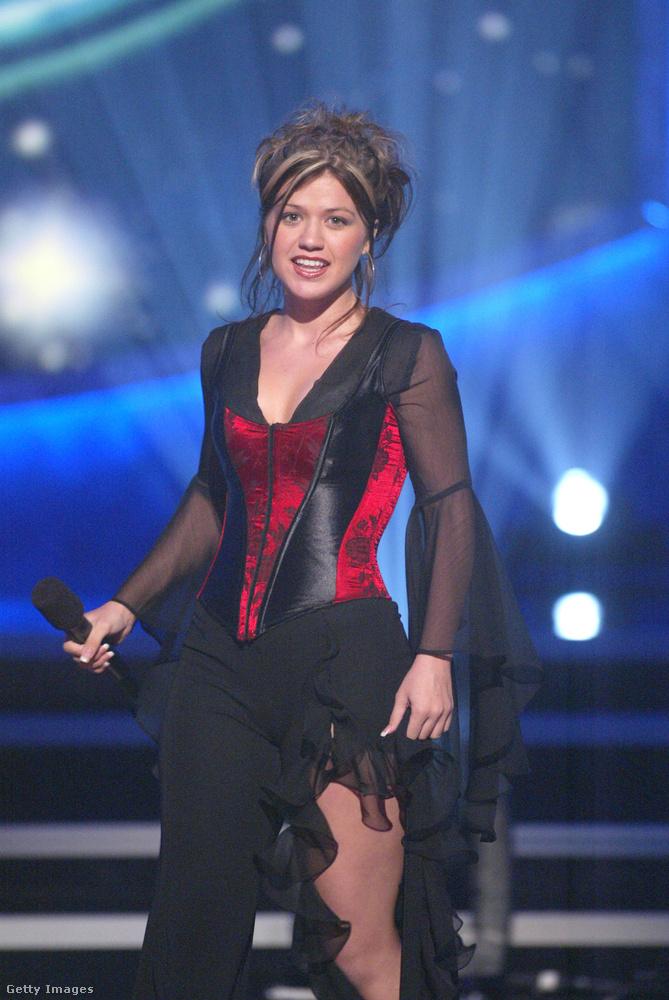 És Amy Winehouse-t is elővehettük volna, de helyette a végére jöjjön még egy tehetségkutató-győztes:Kelly Clarkson.Vajon milyen összefüggés lehet a tehetségkutatós győzelem és az idősnős ruhatár között? Kelly Clarkson mindenesetre abban is nagyon hasonlít Tóth Verára, hogy amíg Tóth Vera az első Megasztárt, addig Kelly Clarkson az első American Idolt nyerte meg