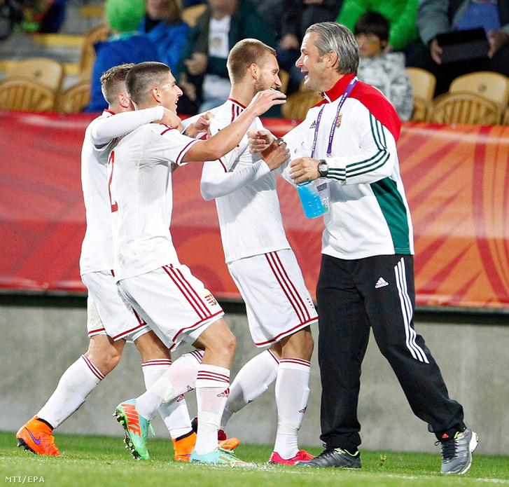 Bernd Storck az U20-as válogatott német szövetségi kapitánya gratulál játékosainak egy gól után az U20-as labdarúgó-világbajnokság E csoportjának elsõ fordulójában játszott mérkõzésen New Plymouthban 2015. június elsején.