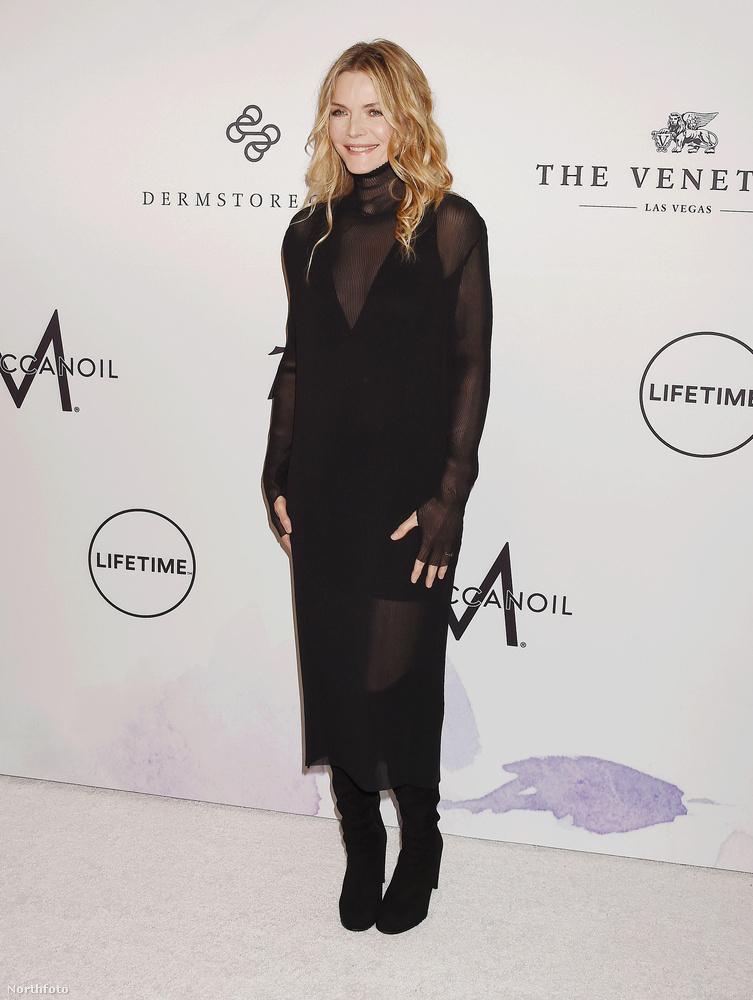 Kezdjük a Variety magazin vacsorájával, ahová például Michelle Pfeiffer is elment, ebben a ravaszul átlátszó ruhában.Az 59 éves színésznőnek 2013 óta nemigen jött ki filmje, de idén már hármat is bemutattak, amiben szerepelt, és most is forgat.