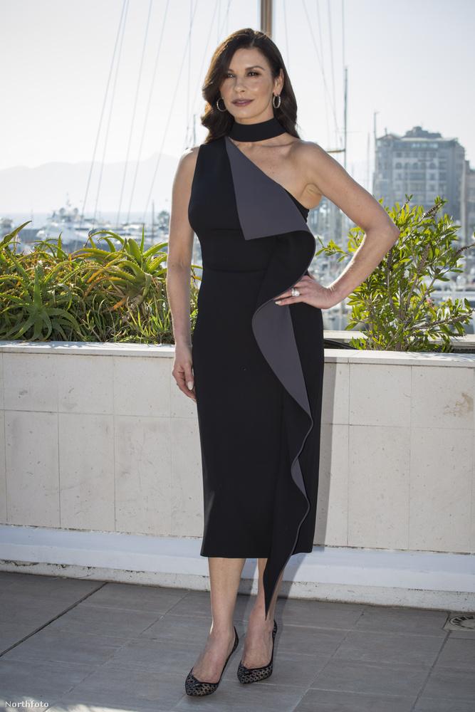 Hozzá hasonlóan Catherine Zeta-Jones is saját tervezésű dolgok forgalmazásába kezdett: márkája, a Casa Zeta-Jones elegáns lakberendezési cikkeket árul