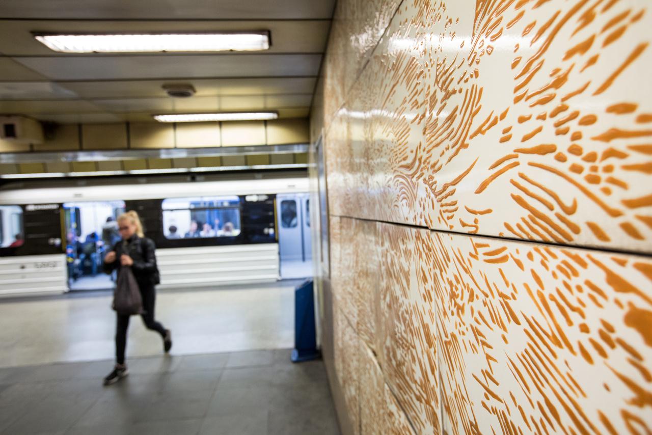 A hármas metró műveit könnyű egy kalap alá venni, de sokukat csak csak az kapcsolja össze, hogy azonos technikával készültek: szabványos méretű tűzzománc négyzetekből állnak. Máriási Iván alkotása teljesen elüt az eddig bemutatott op-artos zománcképektől. A Napvihar egyszerre idéz meg egy megkomponált képregényoldalt, egy Dürer-metszetet, meg egy VHK-koncertet. Szerencsére tökéletes állapotban van társaihoz képest, így kisebb restaurálás után visszakerülhet jelenlegi helyére a Gyöngyösi utcai megállóhoz.