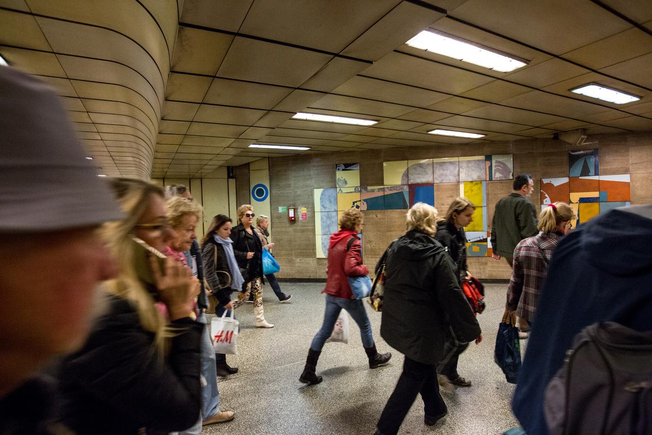 Kezdjük a tárlatvezetést Újpest-Városközpontból, ahol Tari Gábor Felület és textúra című alkotása fogadja a metróval érkezőket. Mondjuk ezzel a címmel simán el lehetne rettenteni az emberek 99 százalékát egy kortárs kiállítástól, de a köztéri alkotásokban éppen az a jó, hogy nem kell értük kiállításra menni. Ha nem érdekel, elsétálsz előttük, ha van időd, kedved, megállsz és hagyod, hogy beindítsa a fantáziád. A tűzzománcot amúgy elbontják, felújítják és a visszaépítik az állomás érkezési oldali peronján.