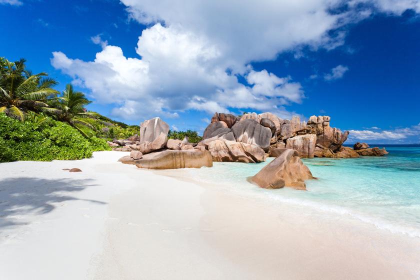 A Seychelle-szigetek La Digue nevű strandjai mágikusan néznek ki, ahogy elegyítik a természet csodáit. A gránit sziklák, a mélyzöld pálmák, a hullámok kontrasztja a homokkal festőien igéző trópusi színpadot képeznek.