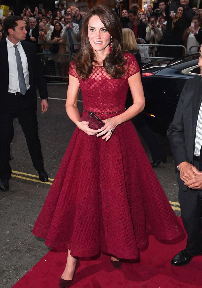 Ebben a csodaszép, vörös Marchesa-ruhában érkezett a 42nd Street című musical bemutatójára áprilisban.