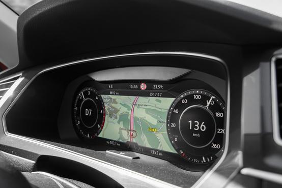 Active Info Display navigáció közben. Elméletben tök jó megoldás, gyakorlatban azért kicsit lehetne nagyobb