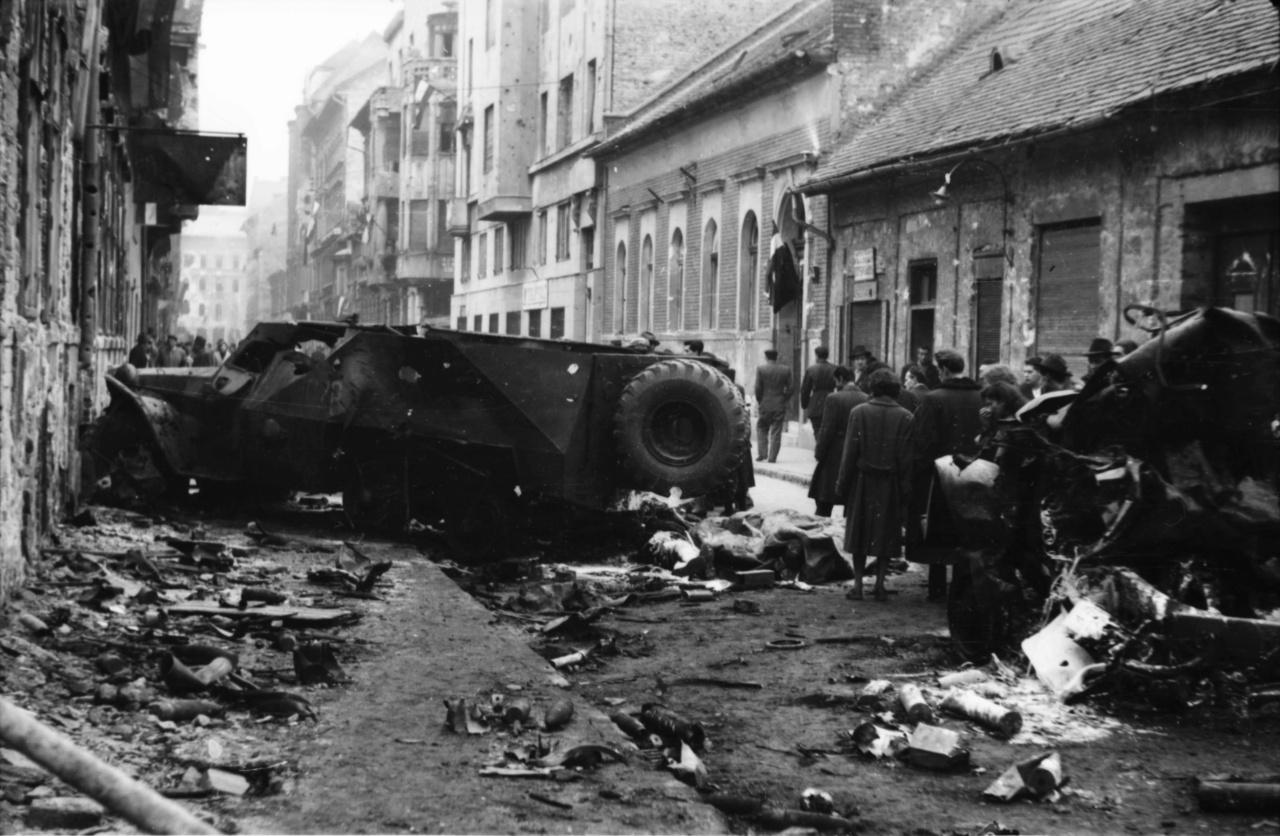 Megsemmisített szovjet csapatszállító páncélautó a súlyos harcokat átélt Práter utcában, a roncsok mellett mésszel leöntött holttestek. A forradalom bukása után Faragó György itthon maradt, mint mondja, a forradalom után nem ment vissza a munkahelyére, a katonai akadémiára többé be sem tette a lábát. Bár sokan, a csapatból például Kocsis, Puskás és Czibor nem jöttek haza, testvére, a Honvéd-kapus igen - hogy a kivitt fényképekkel azonban mi történt, nem tudni. A fotóst a Zrínyi parancsnoka, a forradalom után halálra ítélt, de végül életben hagyott Márton András ezredes arra kérte, semmisítse meg az összes képet, nehogy valakinek ezek miatt legyen baja. Ő azonban inkább eldugta az egyetlen megmaradt tekercset.