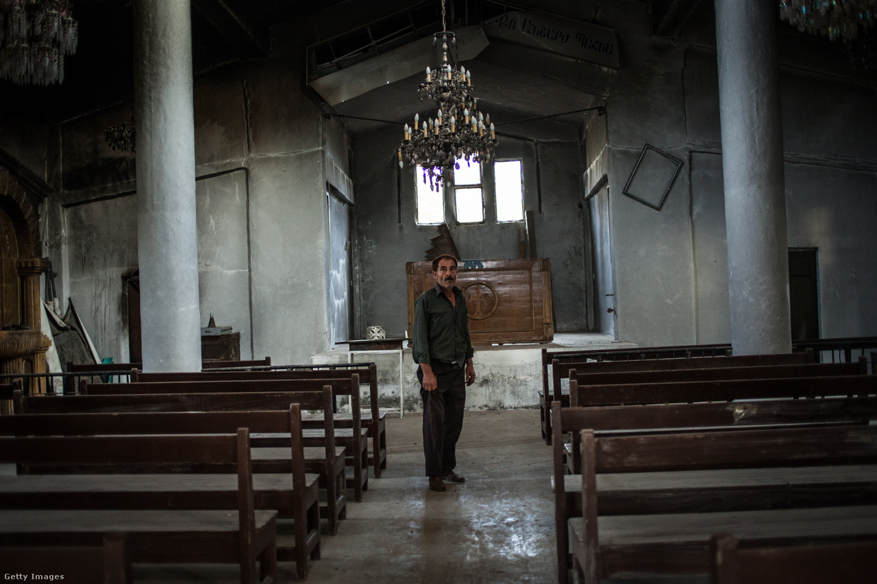 Az Iszlám Állam szokása szerint ott irtotta a vallási és etnikai kisebbségeket, ahol csak tudta. A Szíria nyugati részét lakó, a Baath párt elitjét adó alavita törzsbe tartozókat a főtéren végeztette ki, a síita és keresztény templomokat vagy lerombolta, vagy – mint például az örmény katolikusokét – az iszlám rendőrség toborzóközpontjává alakította át. Rakkában egyébként a háború előtt még minden tizedik ember keresztény származású volt, ma már nagy részük menekültstátuszban tengődik valahol Suruç és Tempelhof között.