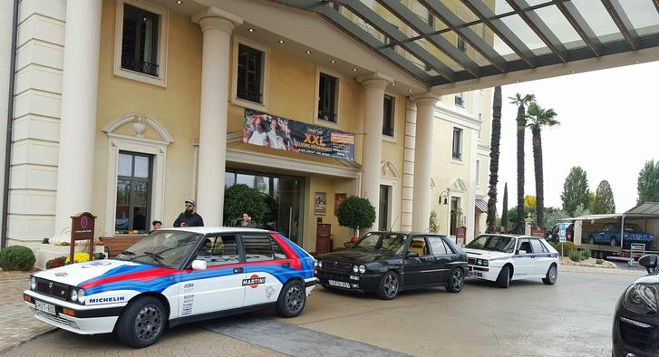 A trió a Hotel Colosseo előtt. Jobb szélen a Fulviát csomagolják ki éppen