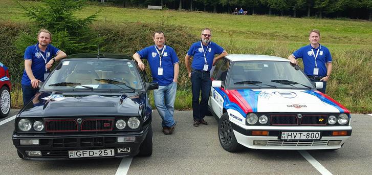 Két jó autó és négy boldog ember. Kisebb halláskárosodás igazán belefér...