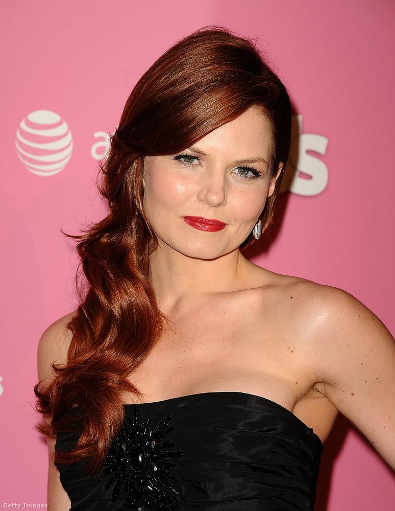 2012-ben sötétvörös, vagy vörösesbarna volt a haja, és elég hosszú.