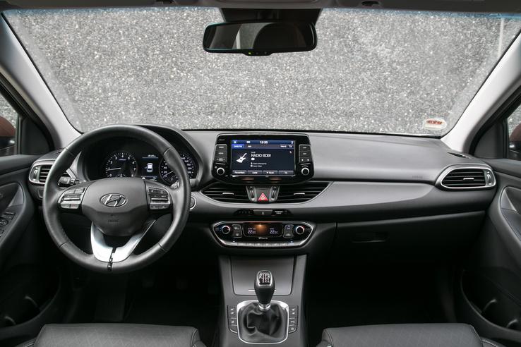 Egyszerűbb, kicsit olcsóbbnak tűnő műszerfal a Hyundai-ban