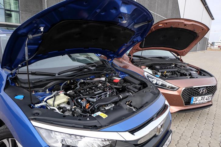 Finom a Hyundai, de nem éri utol a Honda motorját. Utóbbin érdekes módon nincs burkolat