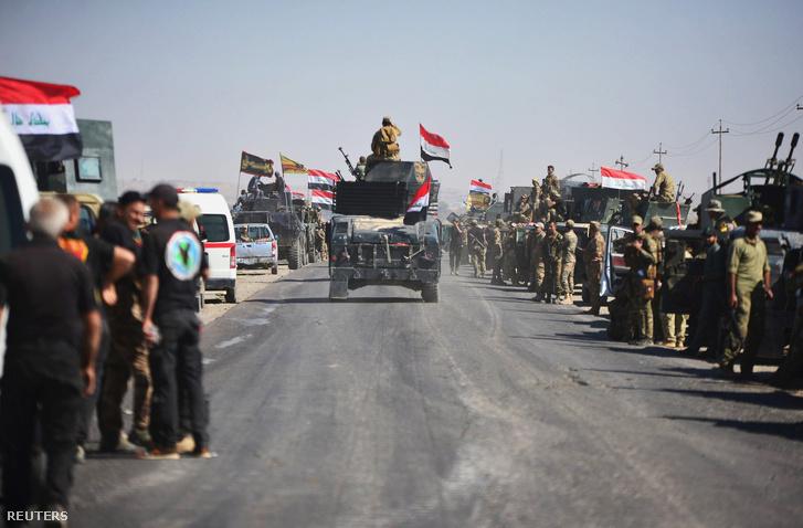 Az iraki hadsereg katonái vonulnak Kirkukba 2017. október 16-án