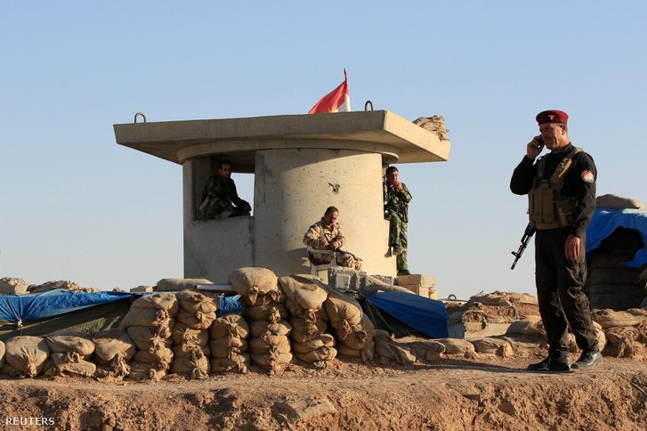 Kurd pesmerga katonák Moszul nyugati területén lévő Karez közelében 2017. október 17-én