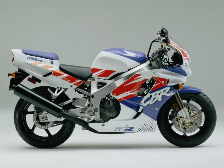 Honda CBR900RR                         A GSX-R750 kérdőjel nélküli királyságát a Honda CBR900RR törte meg