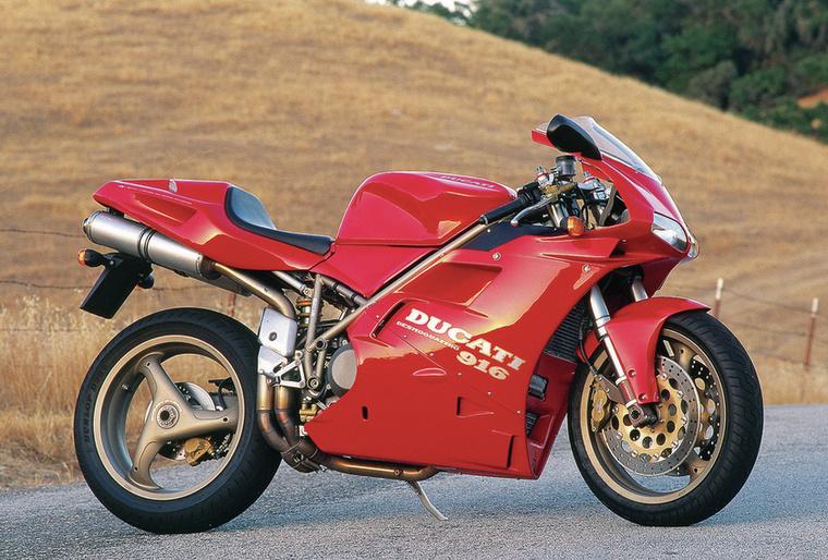 Ducati 916                         A kilencvenes évek közepén akkorát robbant, mint semmi más, korának legvágyottabb sportgépe volt